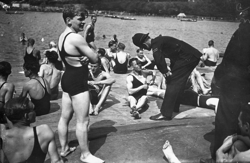3rd+June+1933%3A++A+policeman+enforcing+the+%27dress-code%27+at+Hyde+Park+Lido.++%28Photo+by+J.+A.+Hampton%2FTopical+Press+Agency%2FGetty+Images%29